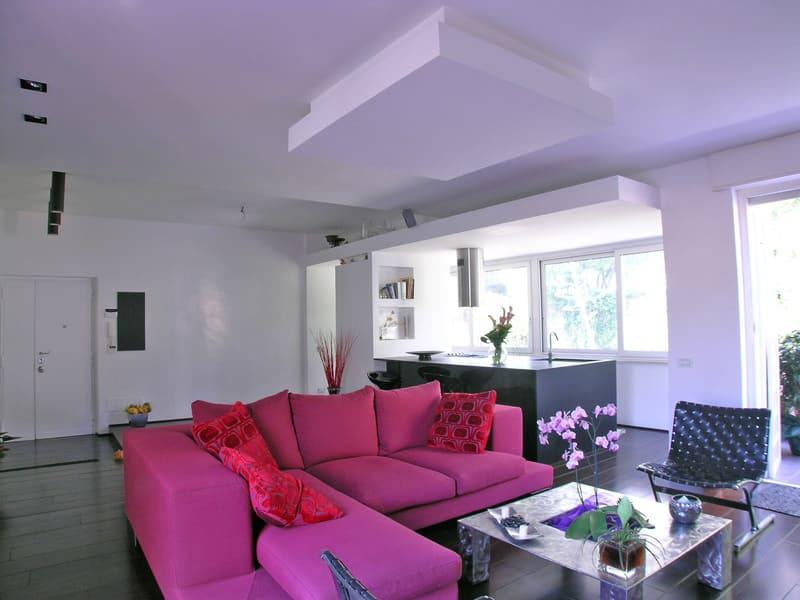 interior design vista salone divano tessuto furia spazio aperto vetrata