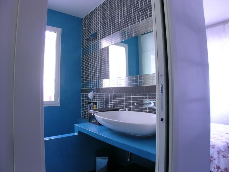 interior design bagno resina mosaico marmo grigio acciaio piano costruito in opera