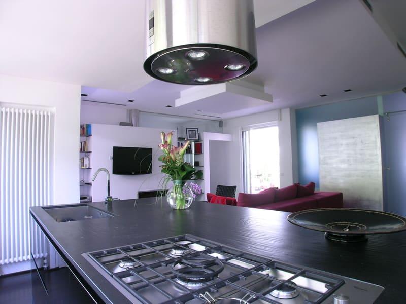 interior design cucina isola legno nero top in marmo cappa acciaio