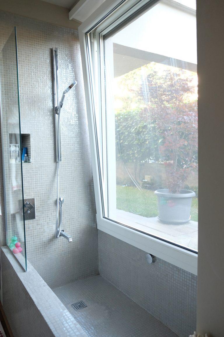 bagno vasca in opera su misura mosaico luce naturale giardino