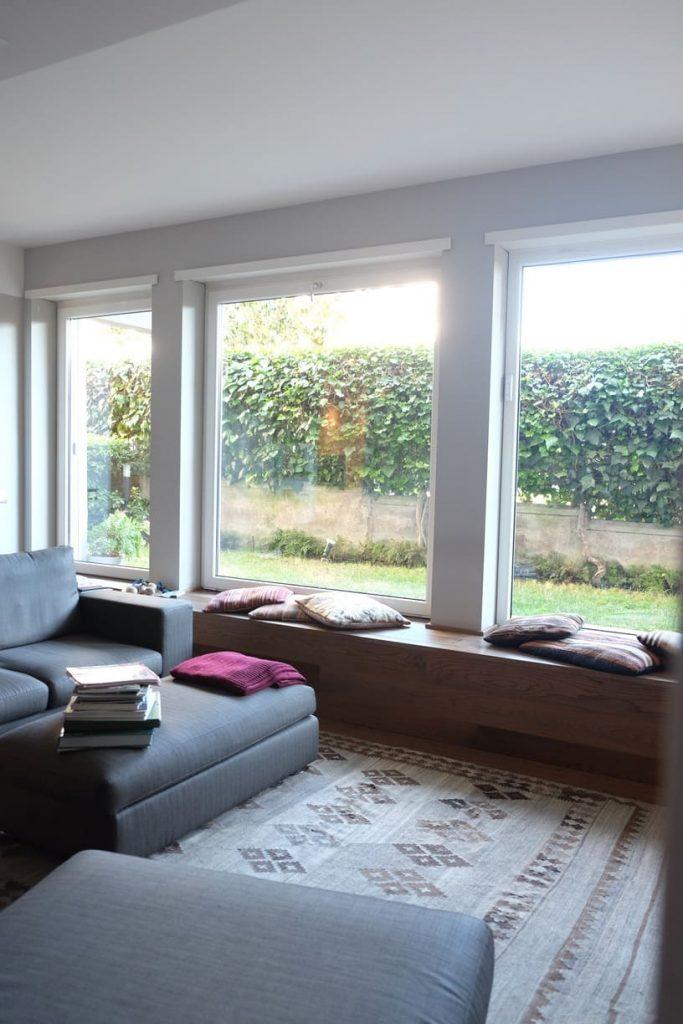 progetto casa con giardino apertura grandi vetrate salone dentro fuori parquet grande formato