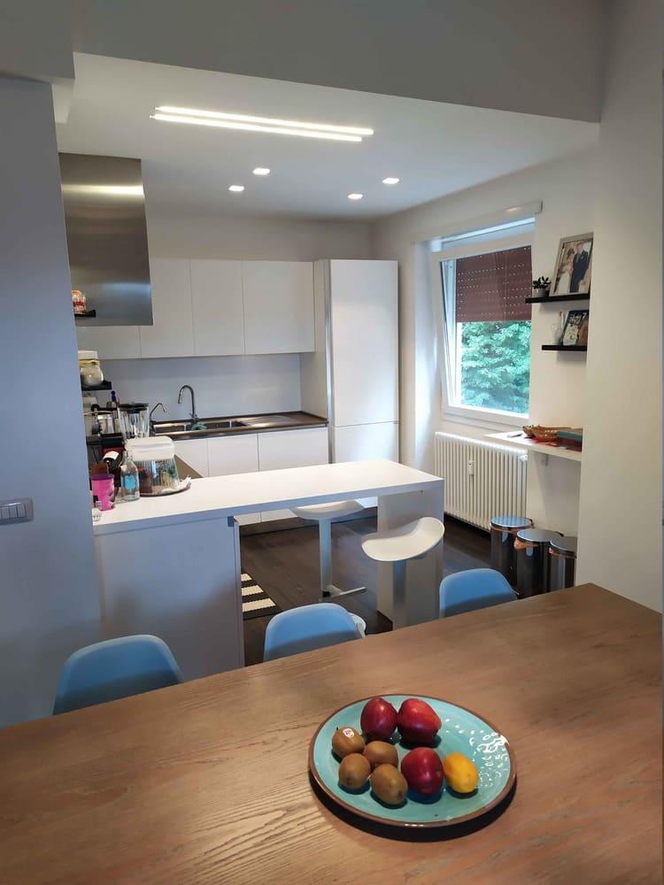 cucina bianca piano in marmo grigio snack colazione zona pranzo