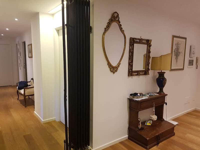 architetto Roma vista del corridoio termo arredo nero opaco libera installazione elemento arredo parquet rovere open space