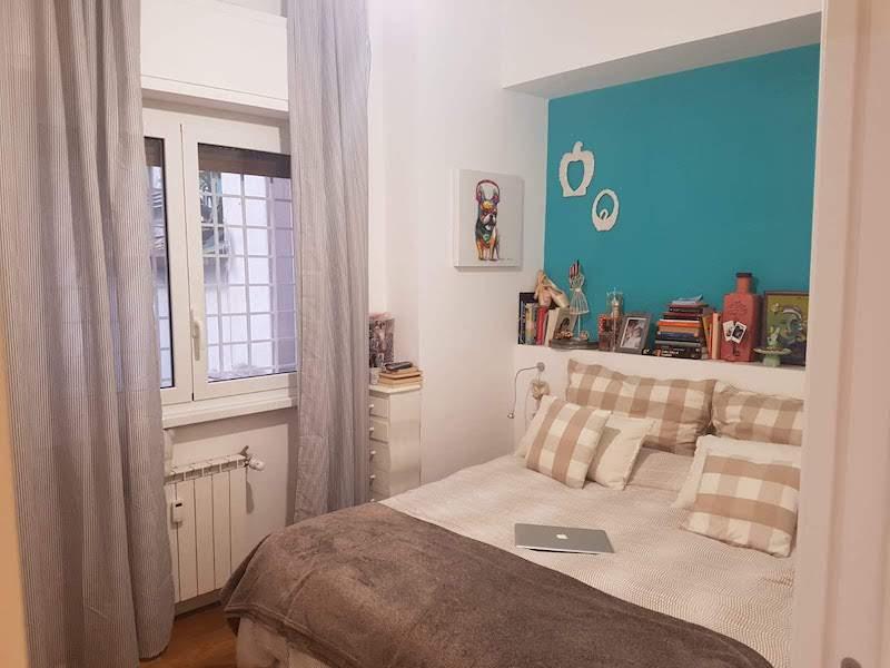 architetto Roma stanza da letto figlia parete colorata testata in muratura