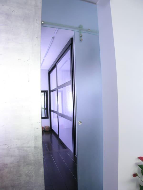 particolare armadio incassato su misura progetto design in legno e vetro latte