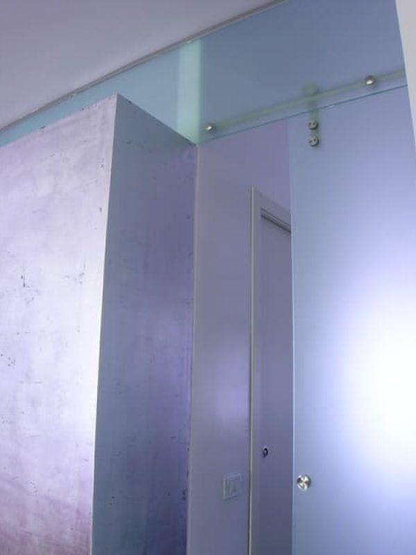 particolare decorazione parete foglia d'oro e vetro acidaro