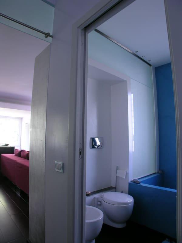design di interni vista salone smalto bianco resina turchese vasca su misura