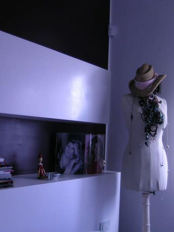 testata letto su misura cartongesso parete smalto viola retroilluminato
