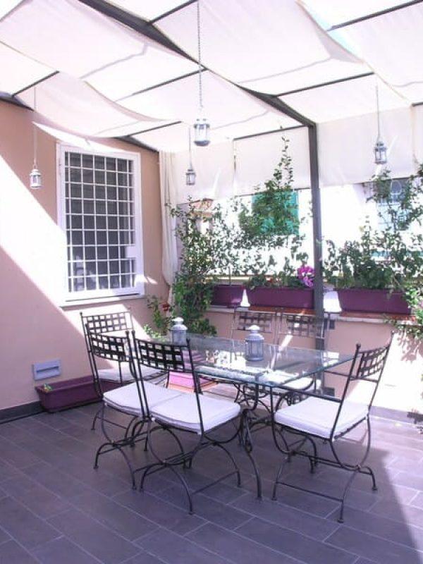 terrazzo progetto zona coperta su disegno in ferro color micaceo e tende ombreggianti bianche