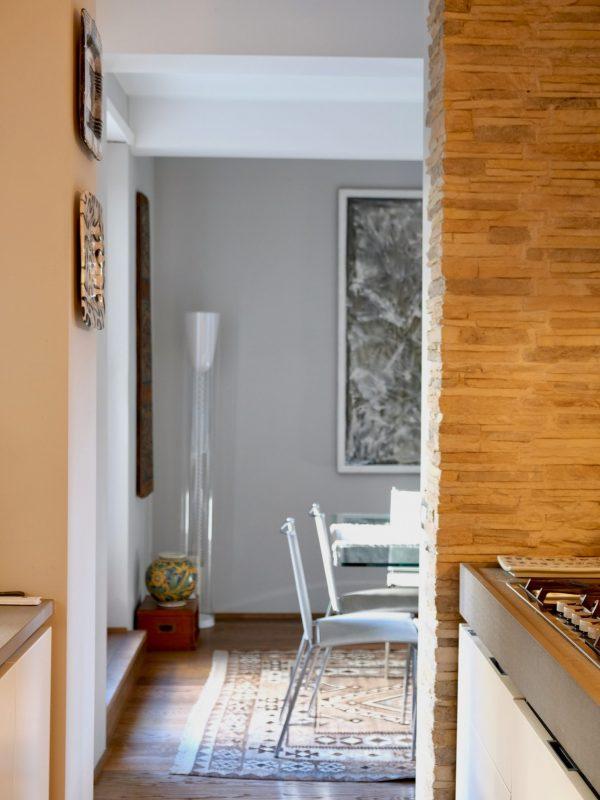 vista zona pranzo dalla cucina parete rivestimento pietra naturale