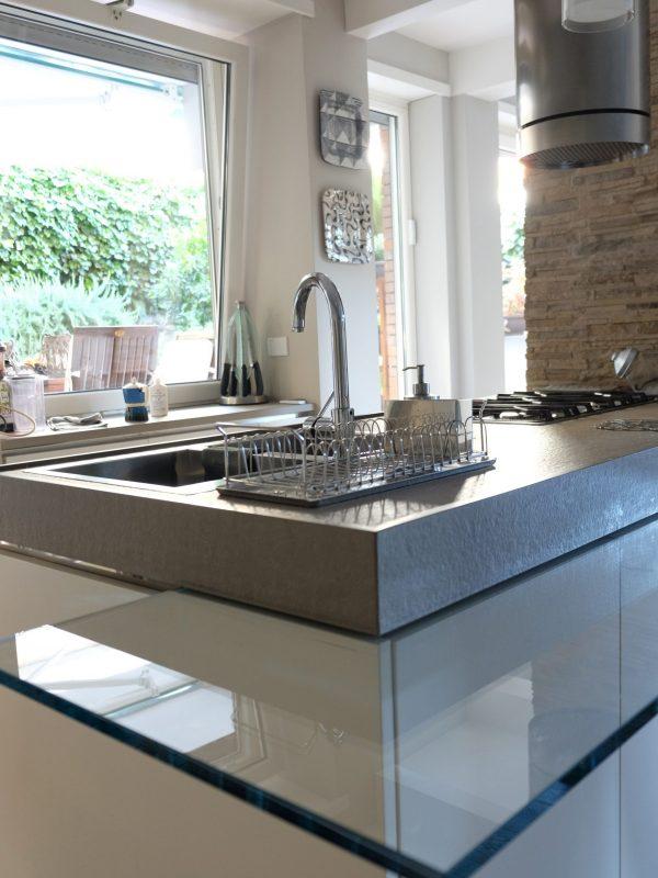 cucina design dettaglio vetro marmo giardino luce naturale