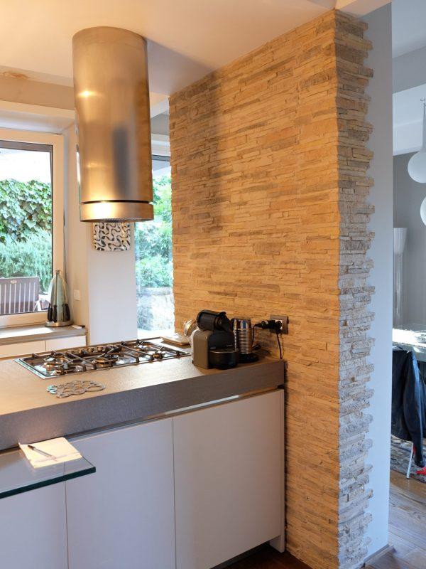 cucina isola piano in marmo cappa inox parete rivestimento pietra naturale