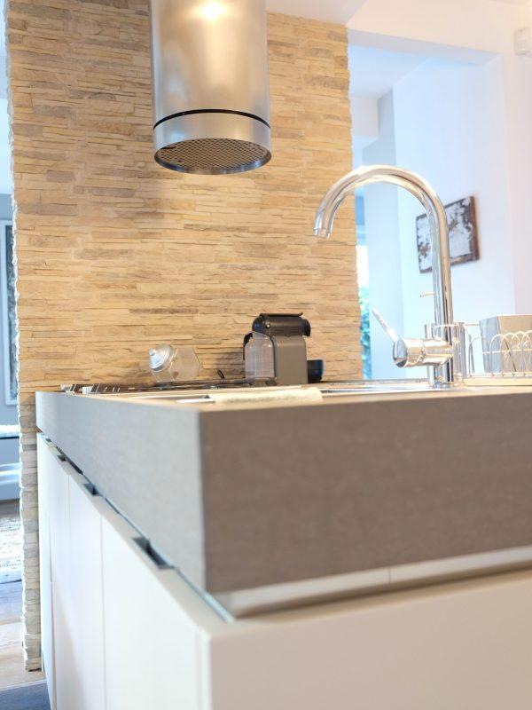 cucina dettaglio design top in marmo snack in vetro parete rivestimento pietra