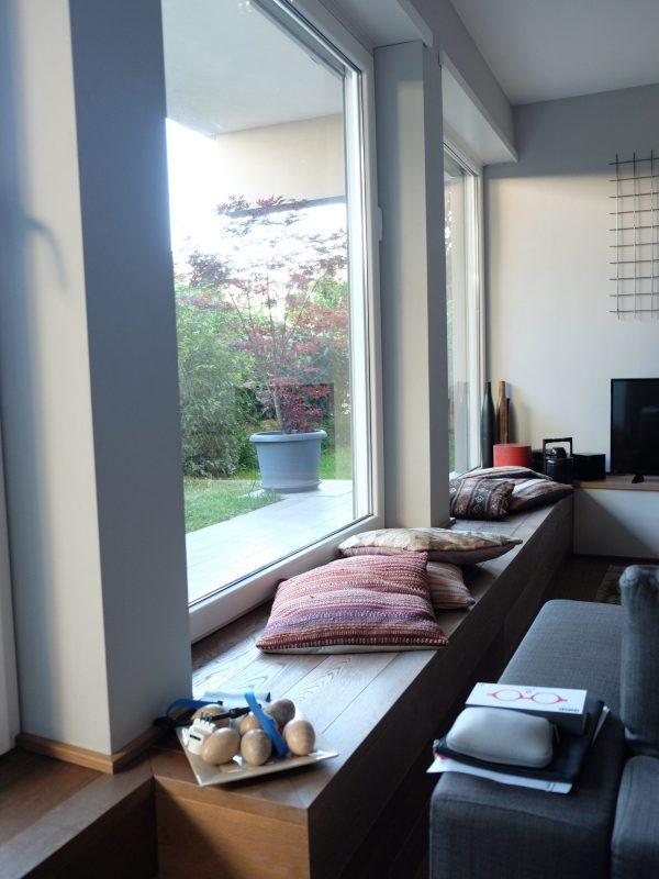 seduta in legno su progetto salone zona conversazione open space