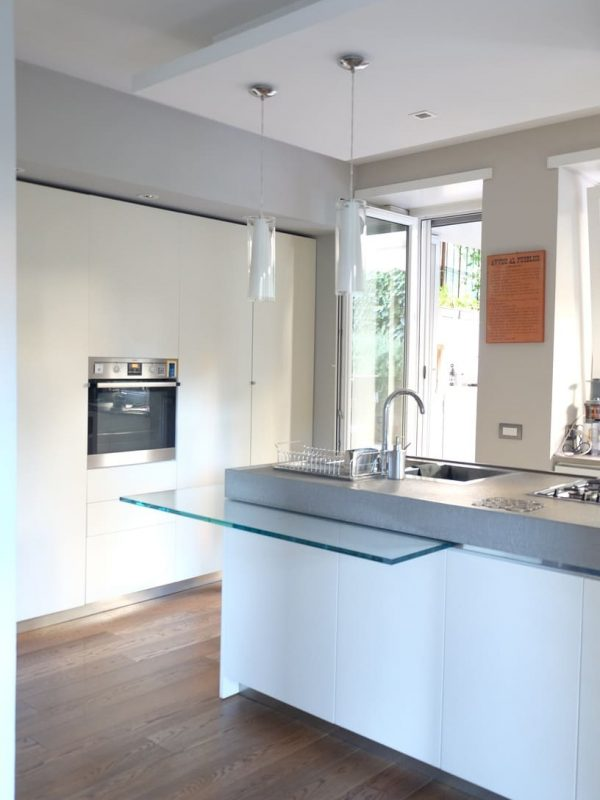 cucina vista dal salone open space luce naturale isola vetro colonne