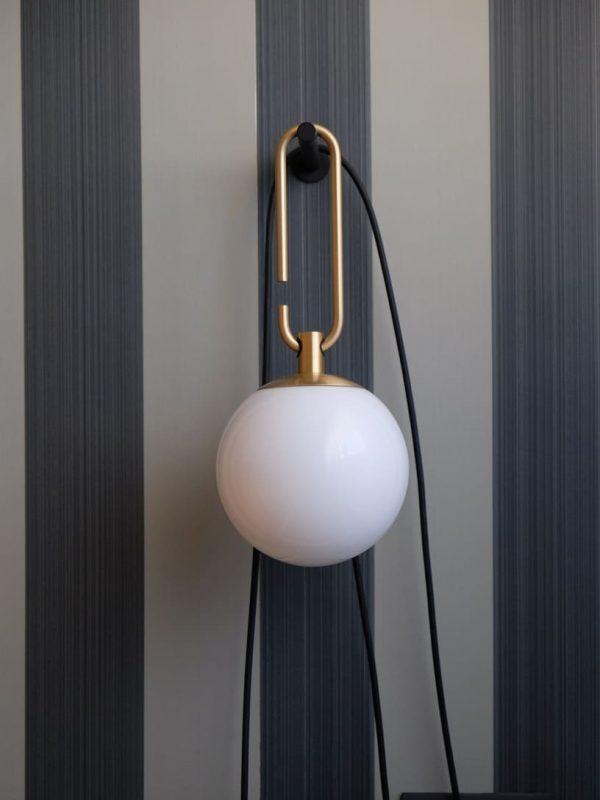 dettaglio lampada design da comodino camera da letto con carta da parati inglese