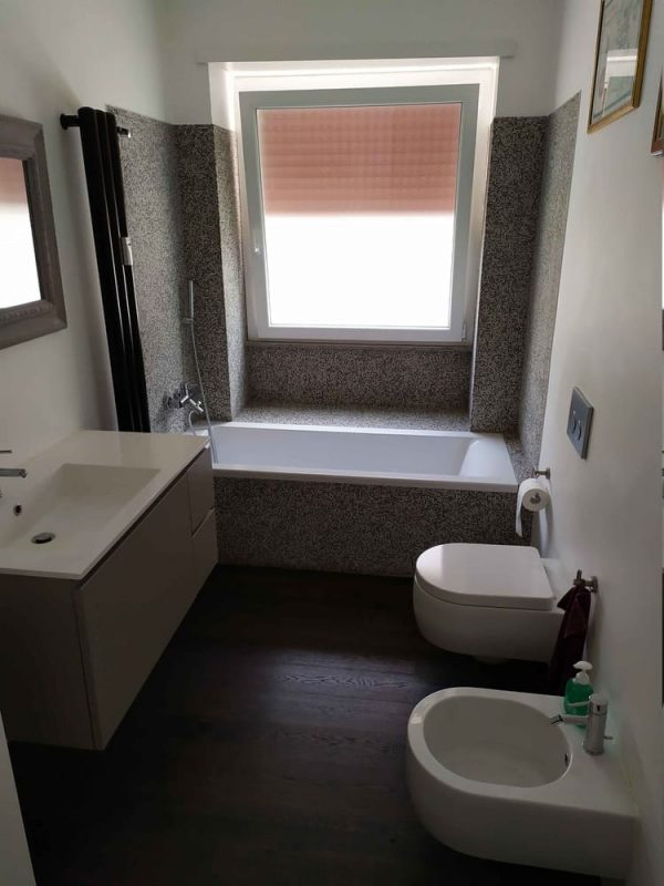 bagno parquet vasca rivestimento mosaico opaco multicolor grigio nero tortora bianco