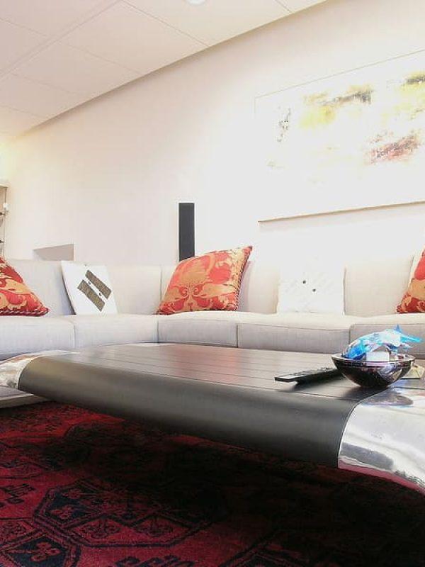 salone zona divani tavolino in argento e legno di ebano