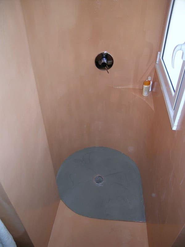 doccia su misura rivestimento in resina Gobbetto color cemento e arancione