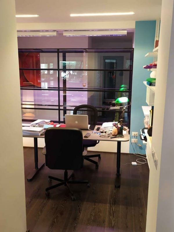 vista dello studio vetrato posto al centro della casa design originale