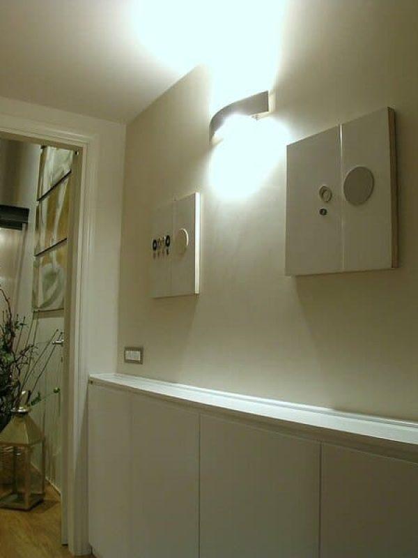 sistemazione corridoio zona notte quadri moderni e lampada design