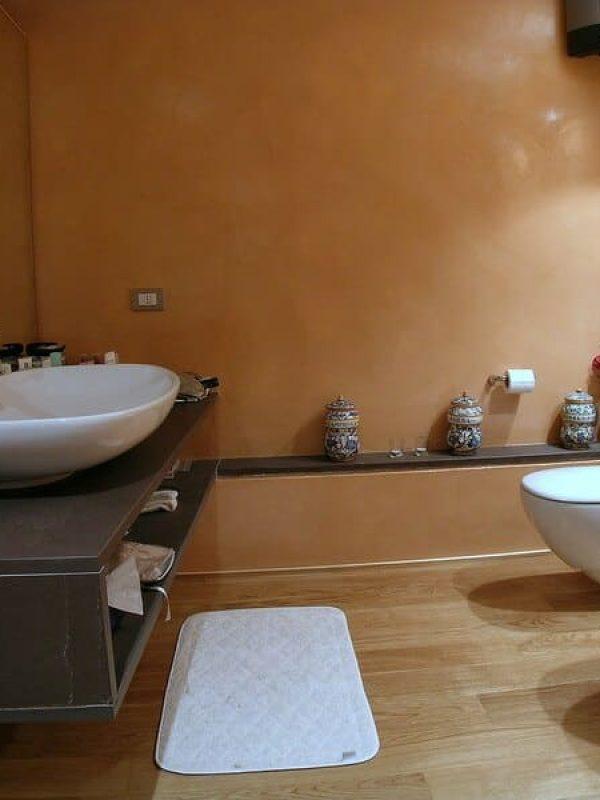 bagno padronale rivestimento resina gobbetto e piani in pietra naturale