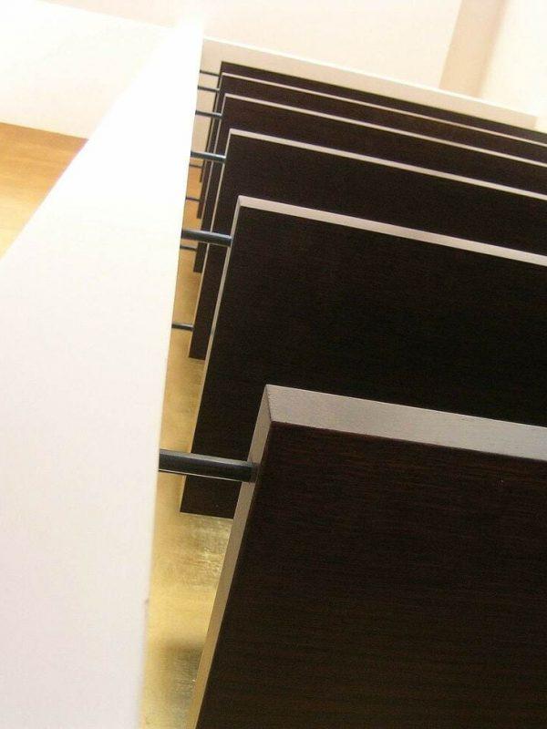 dettaglio salone libreria su misura cartongesso e piani regolabili legno vengo