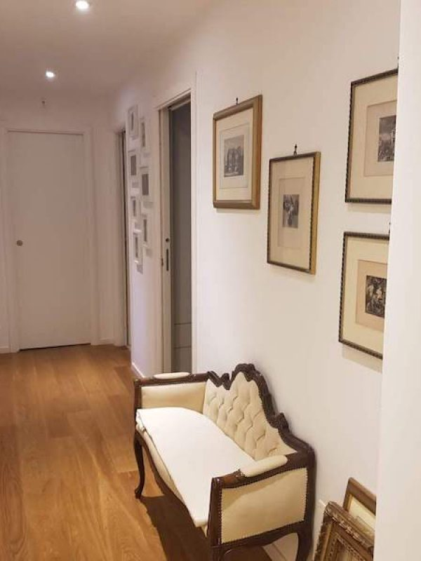 architetto Roma ristrutturazione arredo corridoio panca vintage quadri illuminazione parquet rovere