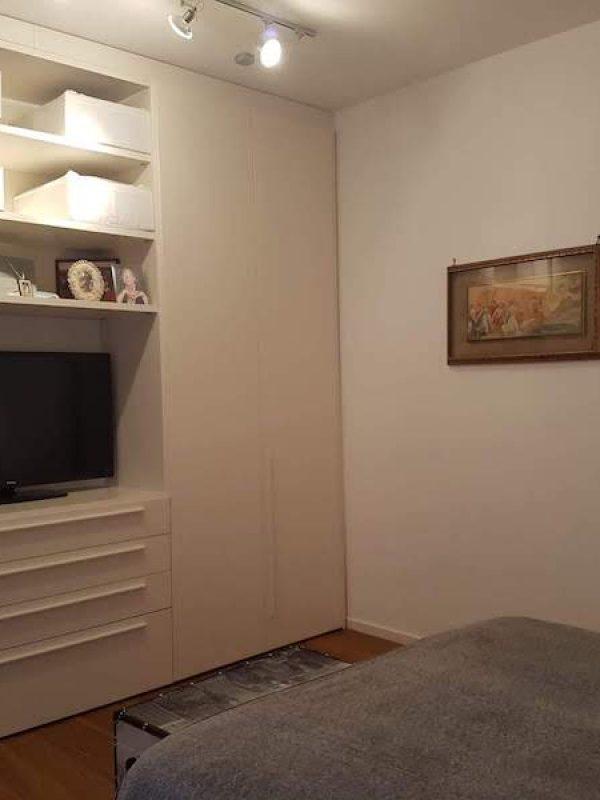 architetto Roma ristrutturazione camera padronale armadio bianco parete attrezzata