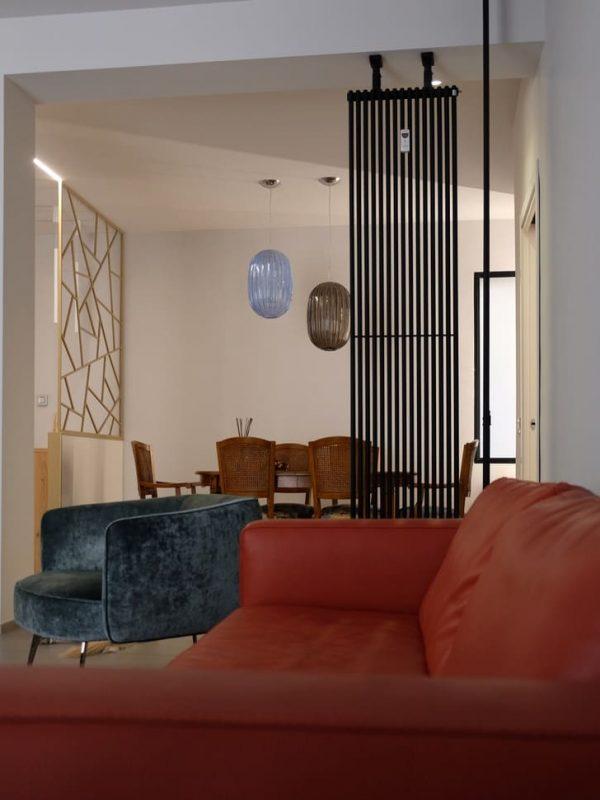 vista salotto termo arredo nero opaco libera installazione arredo divano in pelle color mattone