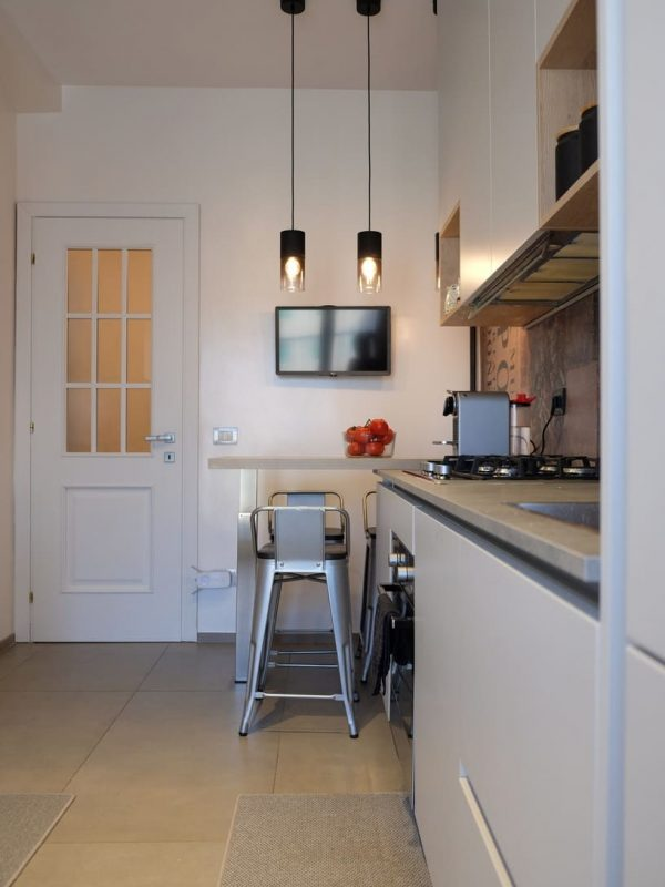 vista cucina con snack e sgabelli in metallo stile industriale