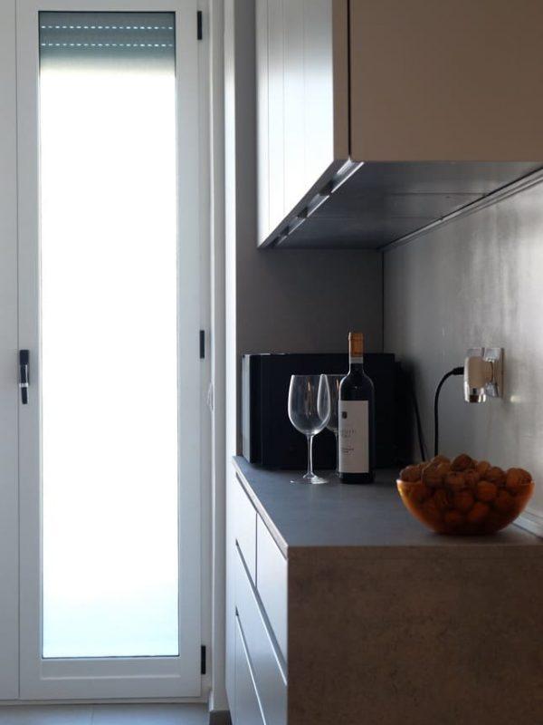 vista cucina piano di lavoro finestra luce naturale