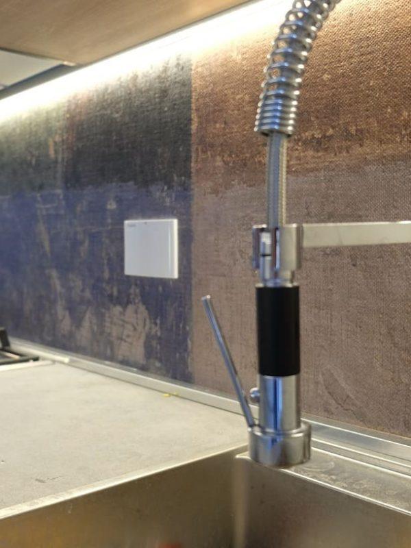 particolare cucina carta da parati barra led illuminazione piano di lavoro rubinetto con doccietta estraibile