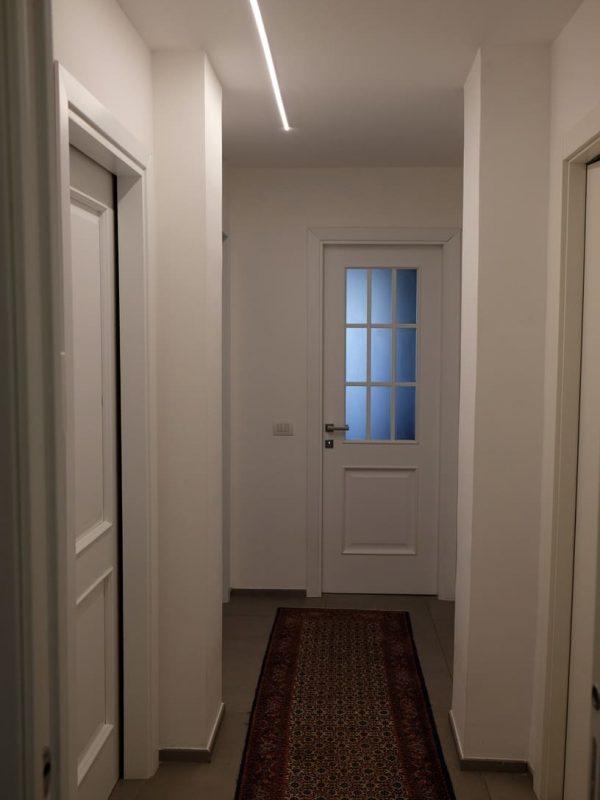 vista corridoio total white illuminazione barra led decentrata